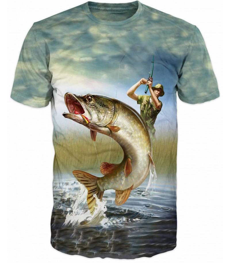 Риболовна тениска на мъж лови щука